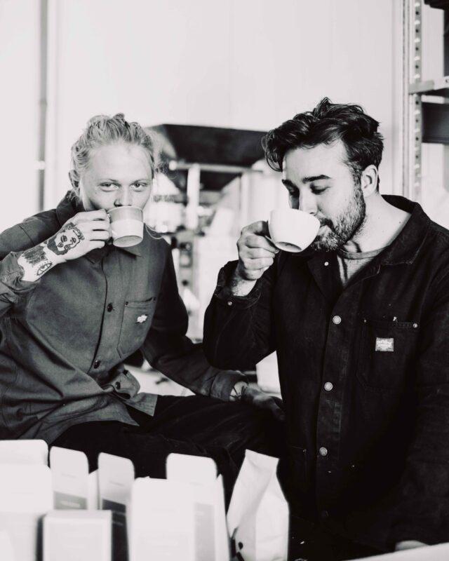 två goa gubbar dricker kaffe